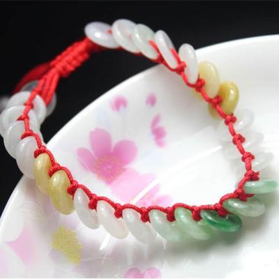 红绳手链编法图解  首先,用蛇结中间穿上饰品编织这样一段.